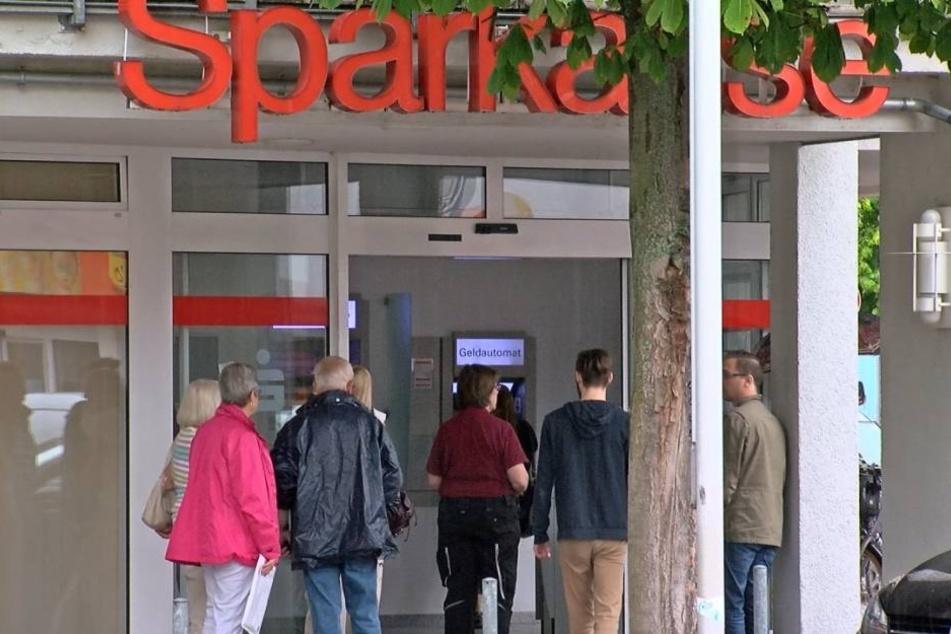 Vor der Sparkasse Büttelborn wurden zwei Geldboten überfallen.