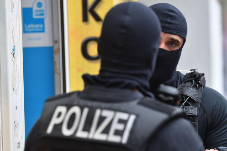 Zoll und Polizei durchsuchten das Lokal bereits am Mittwoch. (Symbolbild)