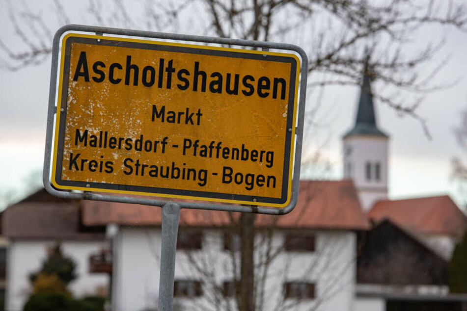 Das Ortsschild des Ortsteils Ascholtshausen. Hier hatte die Polizei in einem Einfamilienhaus den grausigen Fund gemacht.