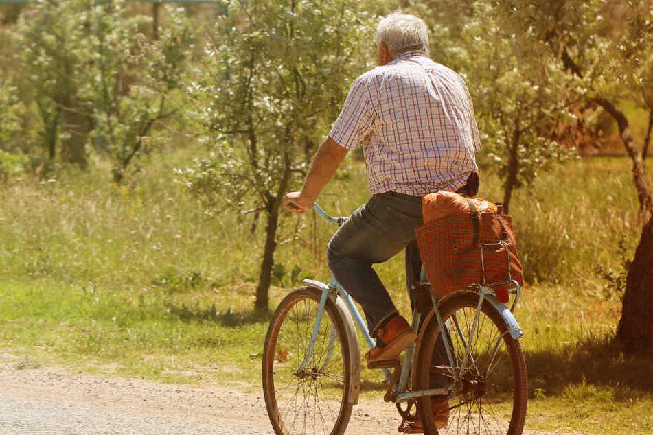 Opa fährt mit seinem Enkel Fahrrad, dann trifft ihn ein Geschoss