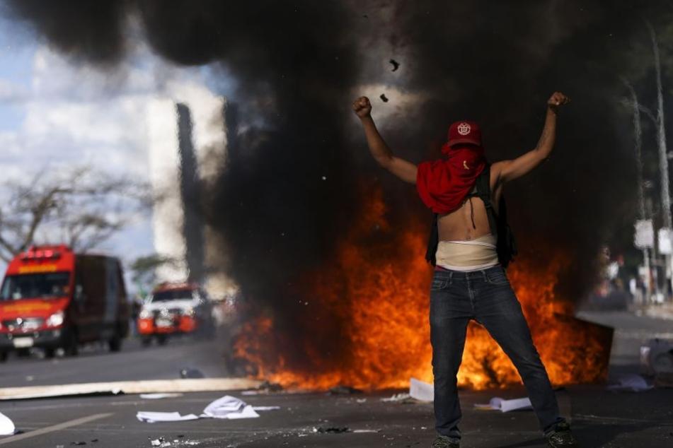 Nach Angaben der Polizei haben sich rund 35 000 Menschen in der Haupstadt versammelt. Der Protest richtet sich gegen eine Arbeitsmarktreform.
