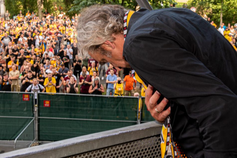 Nach dem letzten Zweitliga-Spiel am 28. Juni verabschiedete sich Sport-Geschäftsführer Ralf Minge von den Fans und genoss deren minutenlange Huldigungen.
