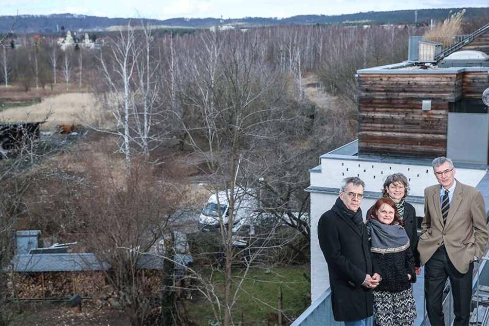 Nur ein kleiner Teil im Westen der Hufewiesen (hinten links) darf bebaut werden. Bauinvestor-Vorstand Sven-Christian Frank (52, v.l.), Grünen-Stadträtin Kati Bischoffberger (49), Anja Osiander (52) vom Hufewiesen-Verein und Thomas Bergander (57).