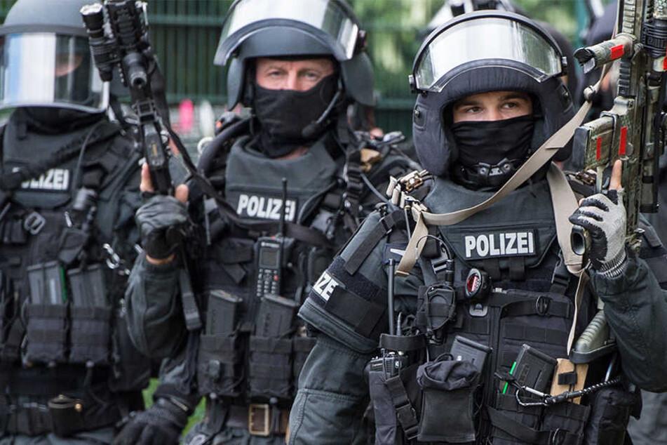 Polizisten hatten bereits am Dienstag Wohnungen durchsucht. Weder Waffen noch Sprengstoff wurden gefunden.
