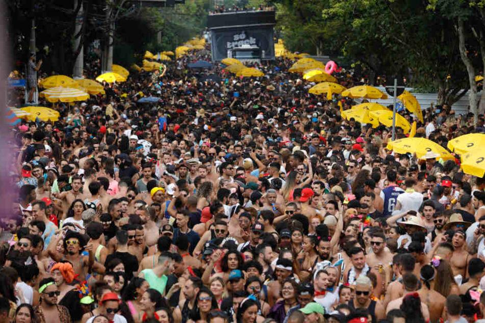 Karneval eskaliert: Hunderte Festnahmen, Polizist wehrt sich mit Schuss