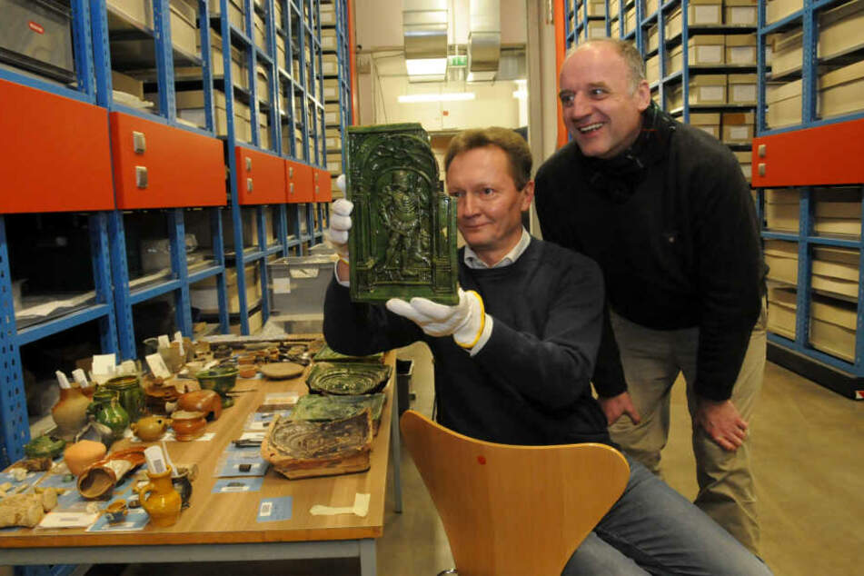 Christoph Heiermann vom Landesamt für Archäologie zeigt die gefundene Keramik  aus dem 14. Jahrhundert.