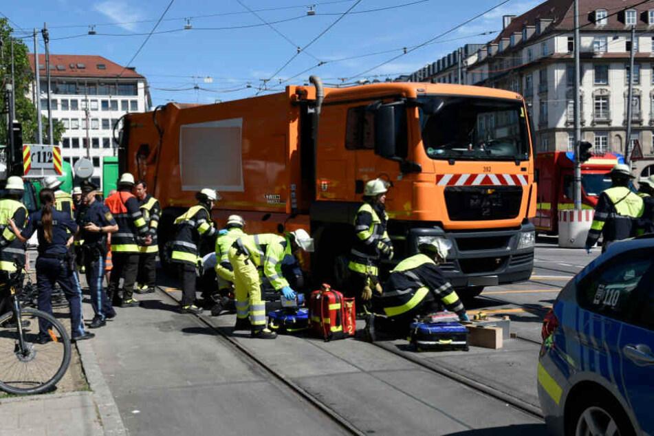 Der Fahrradfahrer wurde von der Vorderachse des Lastwagens überrollt.