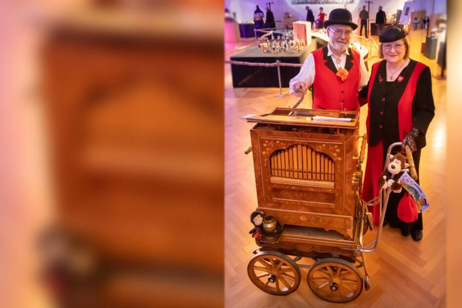 """Mit der Sonderausstellung """"Volkskunst trifft Volksfest"""" startet das Jubiläumsjahr. Frank und Karin Reuter aus Zwönitz zeigen ihre historische Drehorgel."""