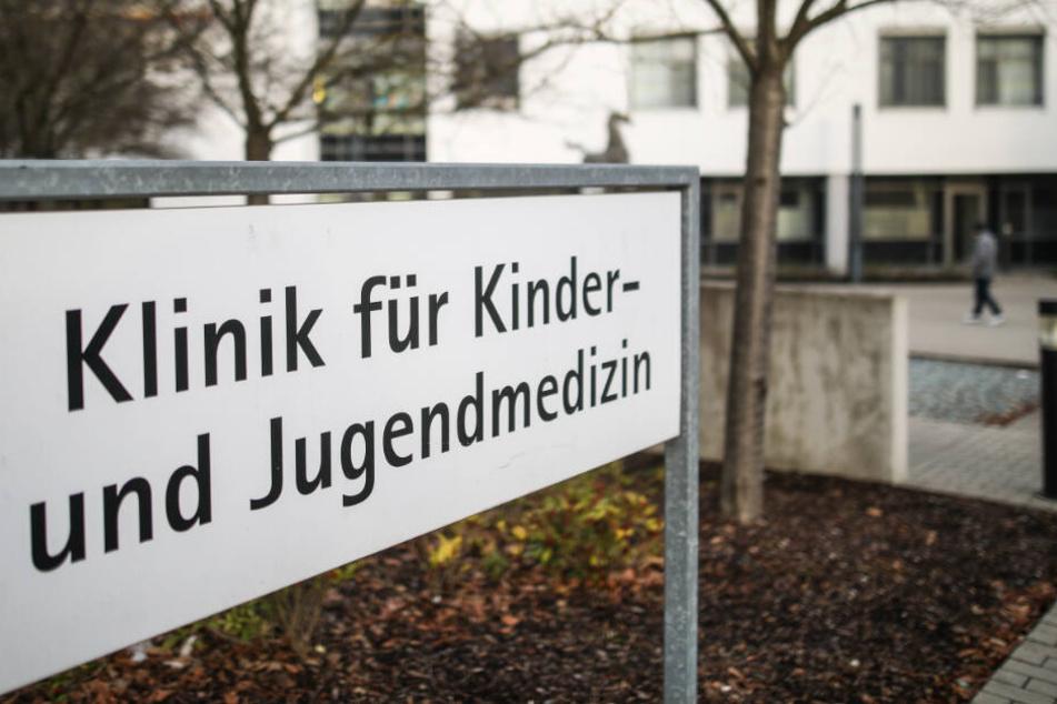 Ein Schild weist auf die Klinik für Kinder- und Jugendmedizin hin.