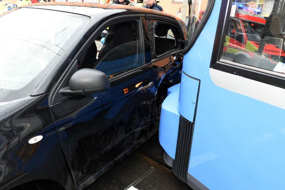 Die Smart-Insassen wurden durch den Zusammenstoß leicht verletzt.