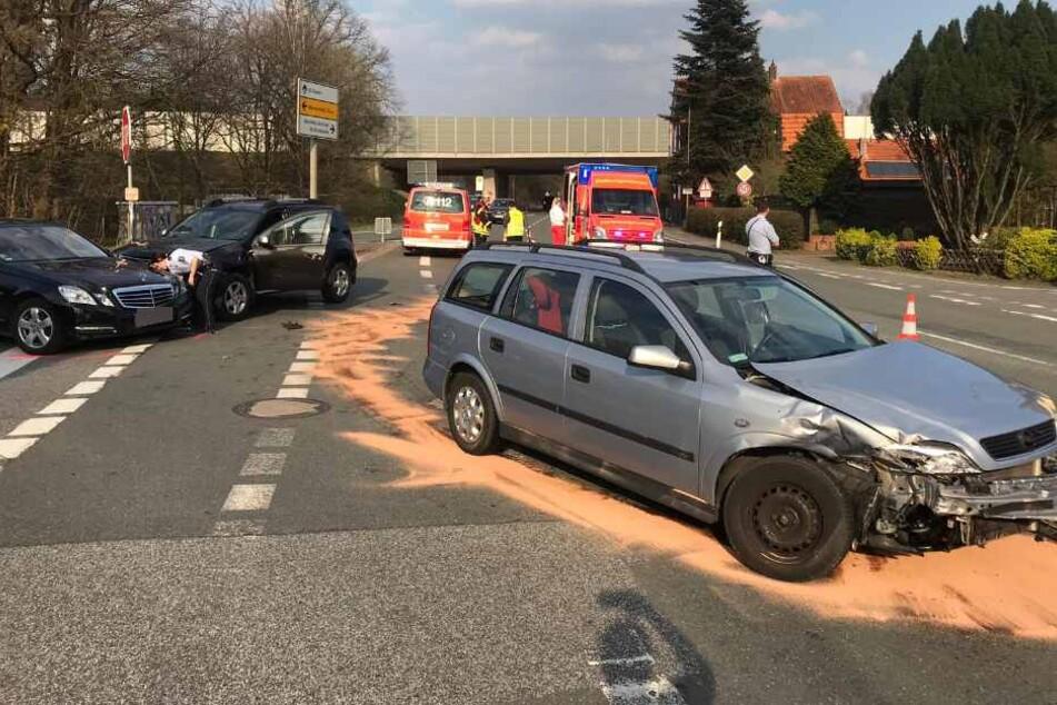 Massen-Crash auf Kreuzung: Mann wird bei Unfall verletzt