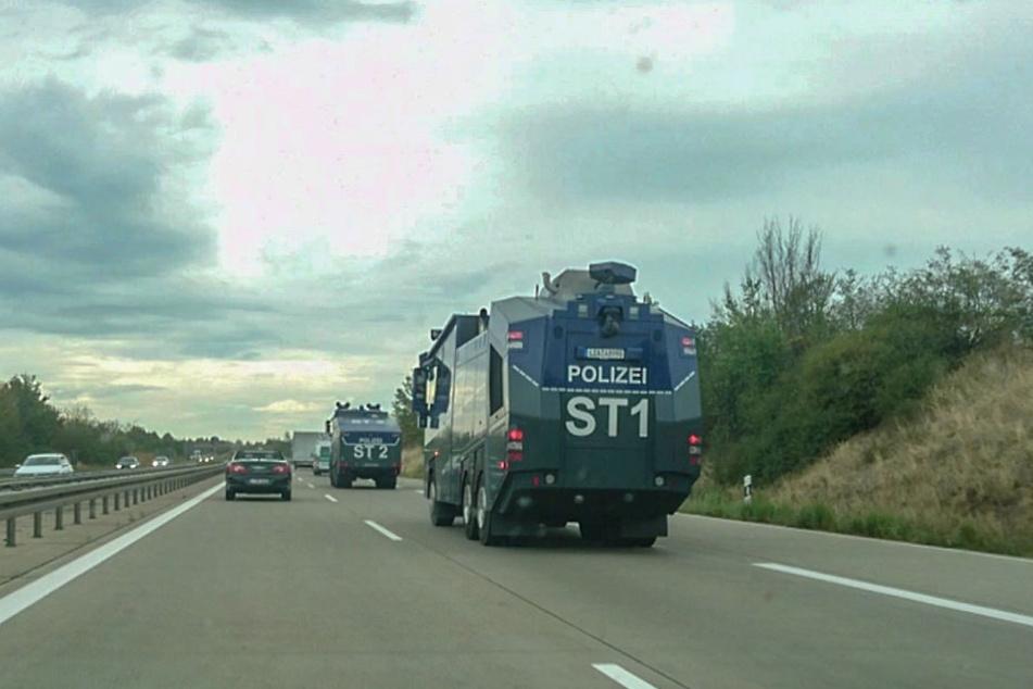 Blick auf die Autobahn 14: Mehrere Wasserwerfer haben sich am Montagnachmittag auf den Weg nach Köthen gemacht.
