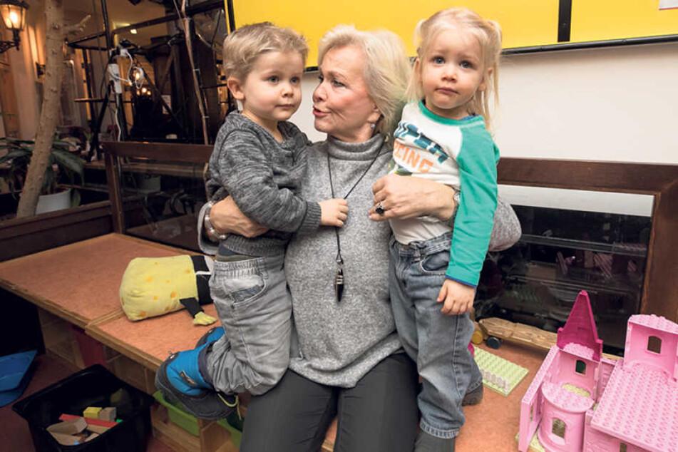 Die Enkel Björn (3) und Sarah (2) gratulieren Oma Dorit zum Geburtstag.