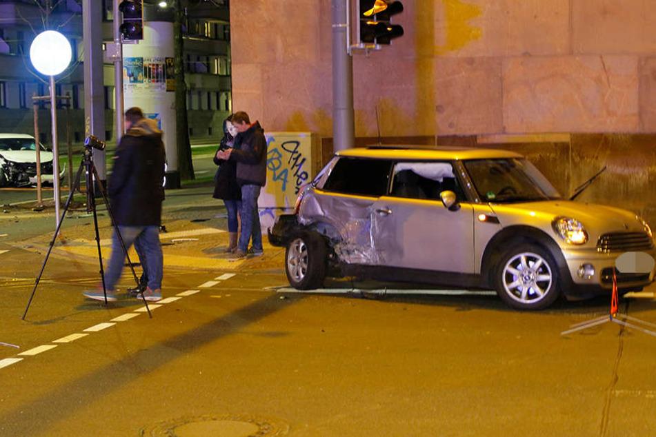 Der Mini wurde seitlich von dem VW getroffen.