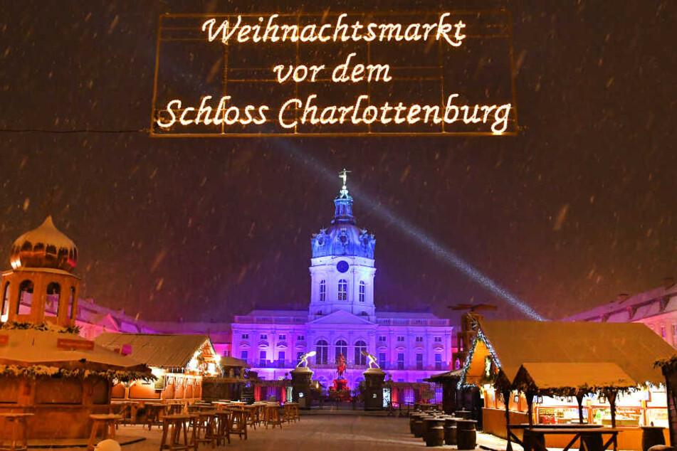 Nach langen Diskussionen um das Sicherheitskonzept durfte der Weihnachtsmarkt vor dem Schloss Charlottenburg zum Glück eröffnen.