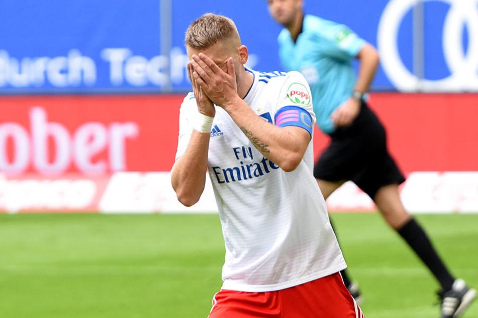 Will nach seinem Elfmeter-Fehlschuss am liebsten im Boden versinken: HSV-Kapitän Aaron Hunt.