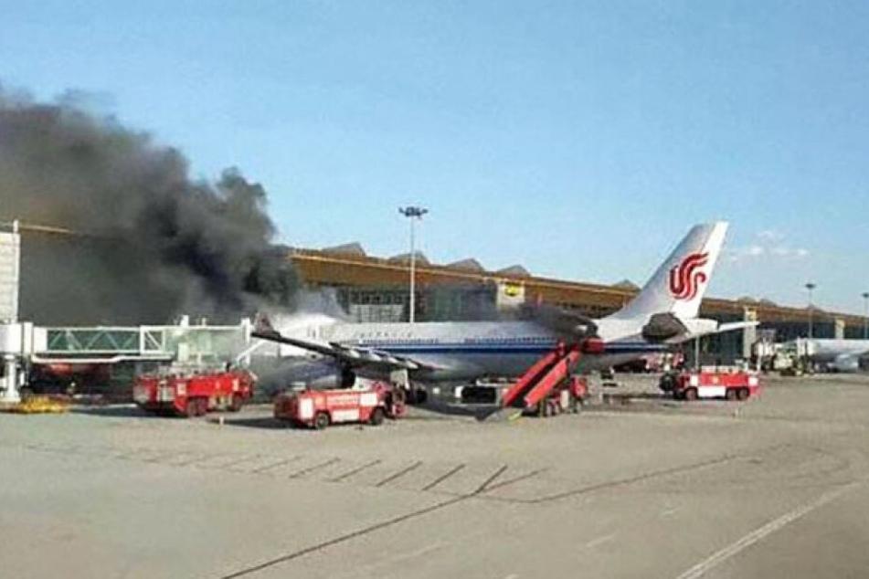 Das brennende Flugzeug stand noch am Gate.