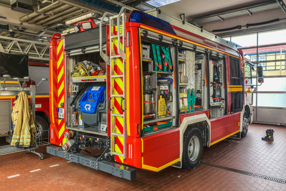 Dresden: Dresden: Brandverletzter springt während der Fahrt auf Feuerwehrwagen