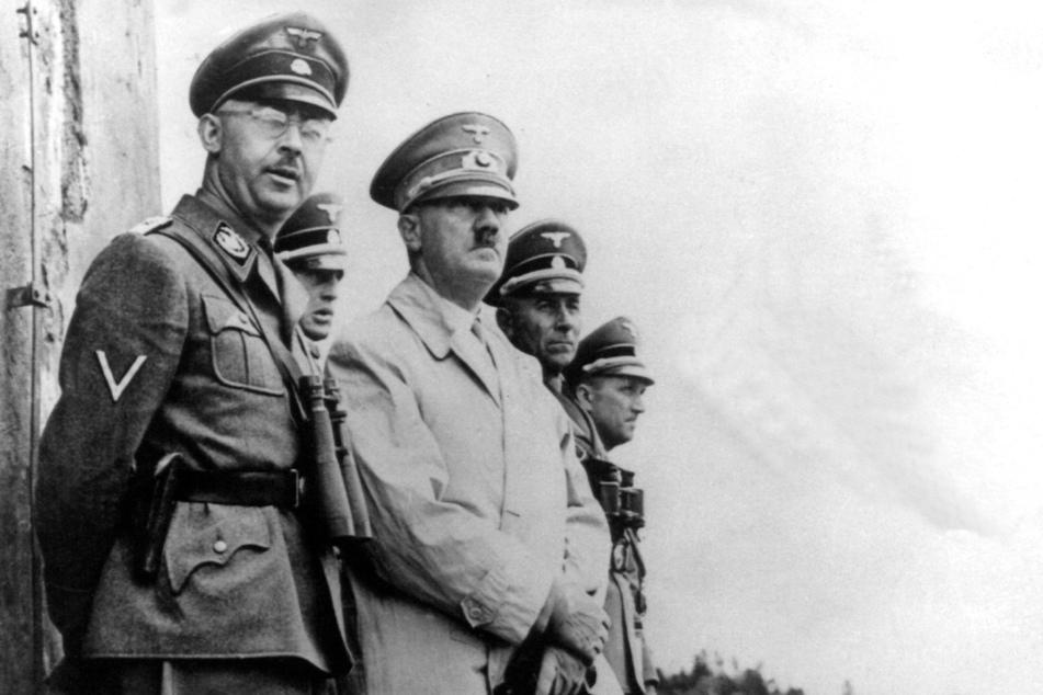 Adolf Hitler (†56, Mitte) und SS-Chef Heinrich Himmler (†44, links) während eines Manövers.