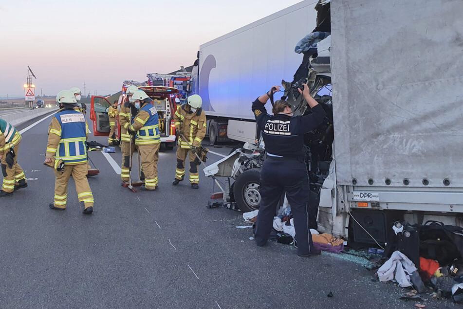 Einsatzkräfte an der Unfallstelle. Der Fahrer wurde so schwer verletzt, dass er verstarb.