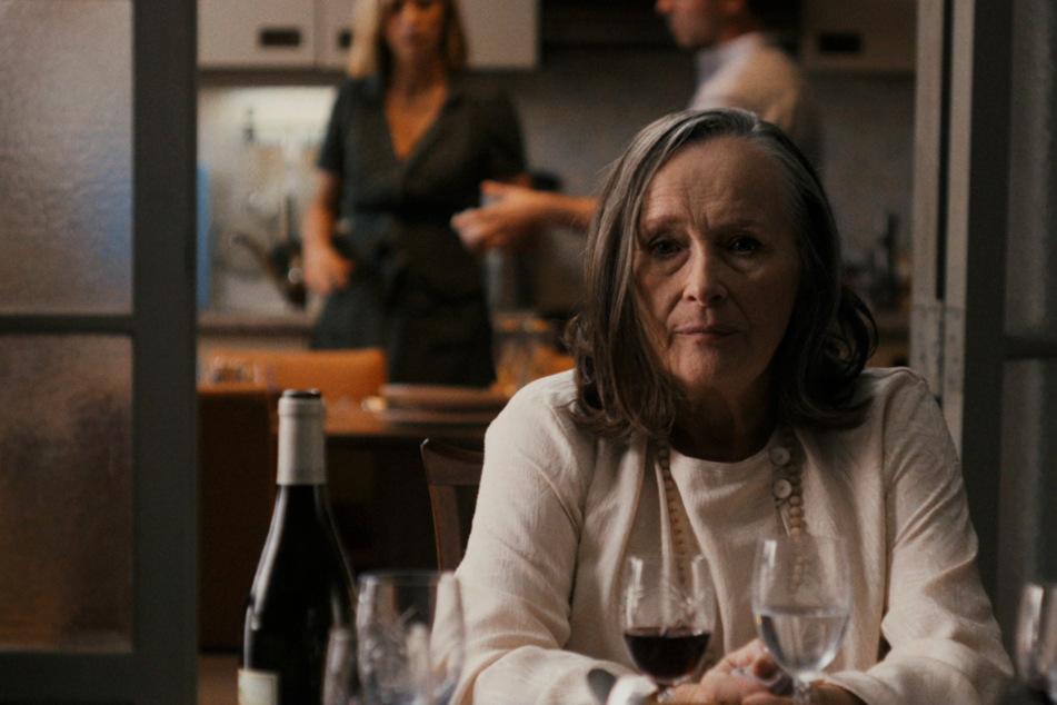 Die Stunde der Wahrheit? Madeleine Girard (Martine Chevallier) bringt es an ihrem Geburtstag nicht übers Herz, sich vor ihrer Familie zu outen.