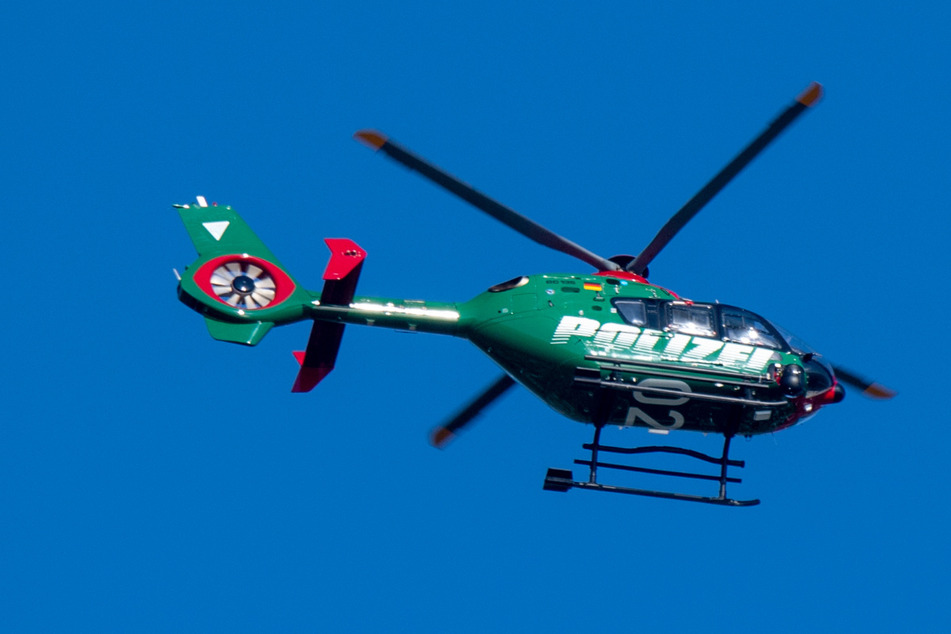 Die Polizei suchte mit einem Hubschrauber über Stralsund nach dem verschwundenen Transporter samt Kind.