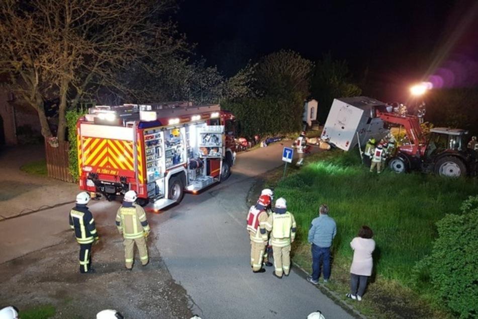 Mit Hilfe von Traktoren der umliegenden Nachbarn konnte der Transporter schließlich endgültig gesichert werden. Auch das Pferd blieb unverletzt.