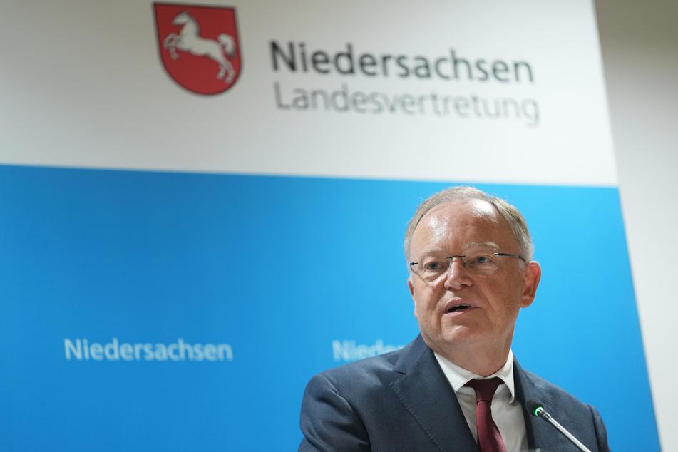 Niedersachsens Ministerpräsident Stephan Weil (62, SPD) weist ausdrücklich darauf hin, dass die Corona-Zeit noch nicht vorüber ist.