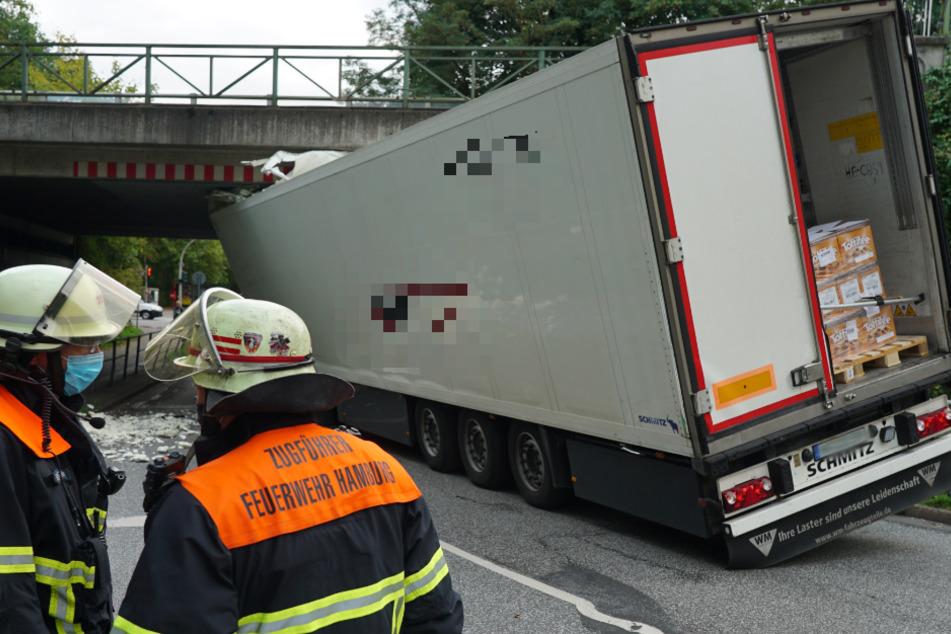 Toffifee-Laster kracht in Brücke, Bahnstrecke zwischen Hamburg und Lübeck gesperrt