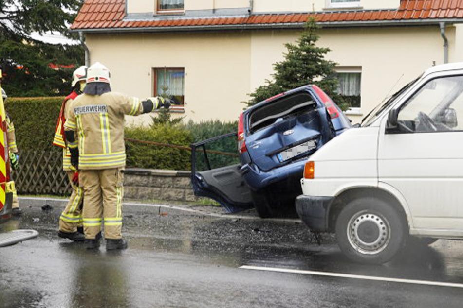 Transporter schiebt Kombi gegen Mauer: Fahrer (84) muss von Feuerwehr befreit werden