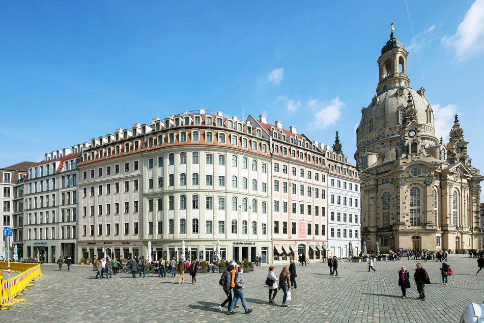 """Blick auf das Hotel """"Vienna House QF"""" und die Frauenkirche Dresden."""