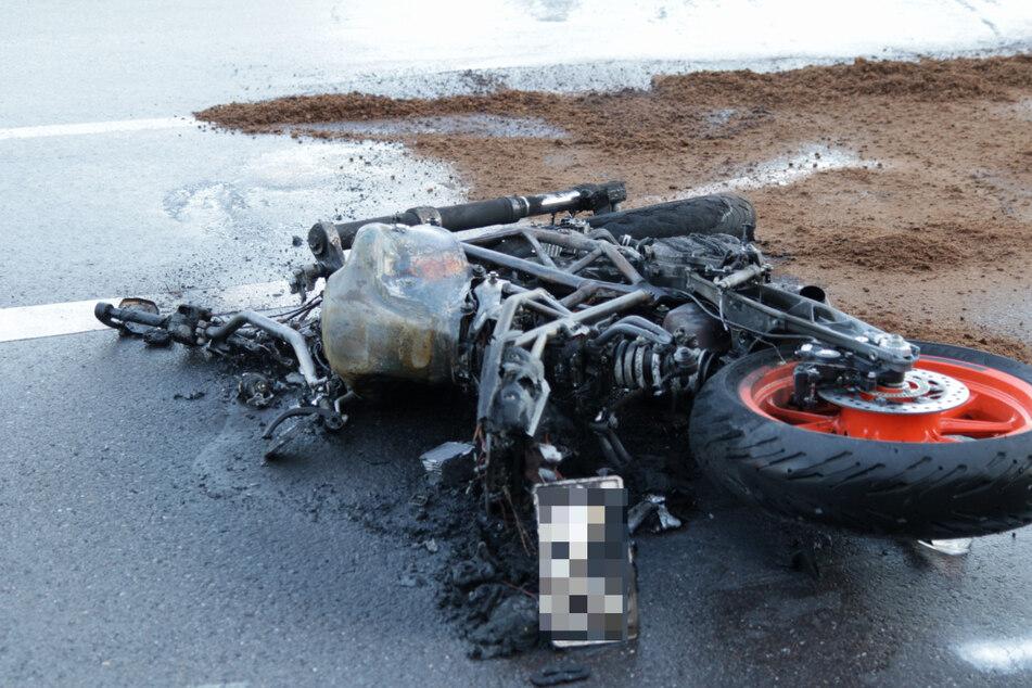 Das Motorrad ging nach dem Unfall in Flammen auf.