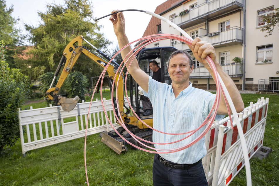 Startschuss für schnelles Internet in Briesnitz: Projektleiter Mario Famulla (61) zeigt die neuen Glasfaserkabel (mit Schutzhüllen).