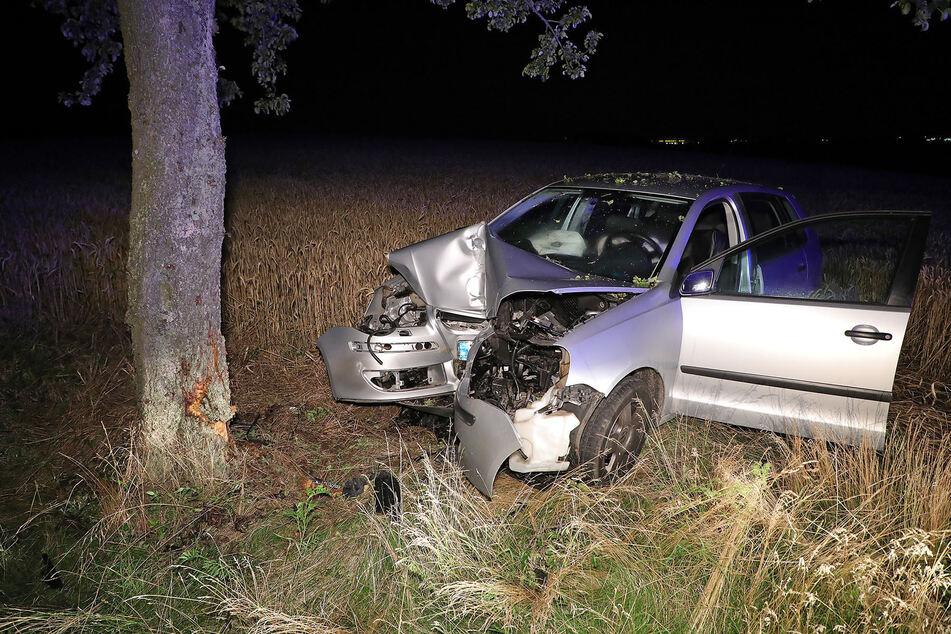 Der VW Polo prallte frontal gegen einen Baum