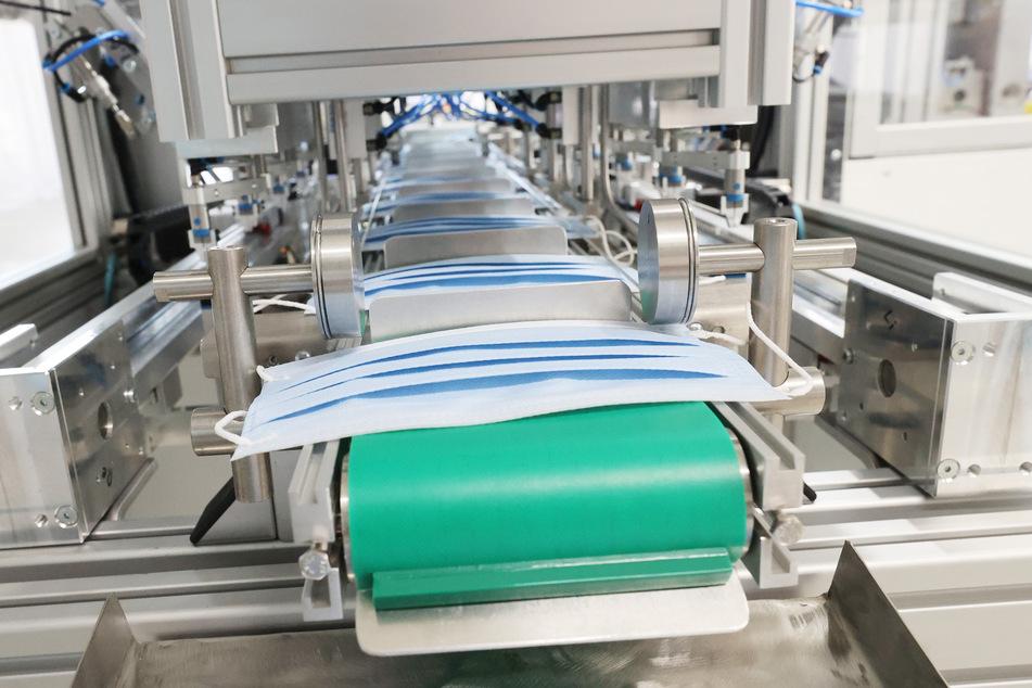 Eine Maschine fertigt OP-Masken in der Breckle Matratzenwerk Weida GmbH in THüringen an.