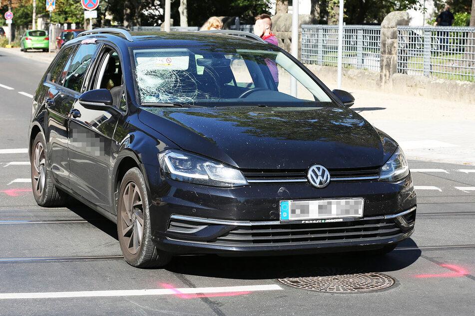 Am VW Golf entstand kaum ersichtlicher Schaden: Das Kennzeichen verbog sich bei dem Crash etwas, die Frontscheibe ist erheblich zerbrochen.