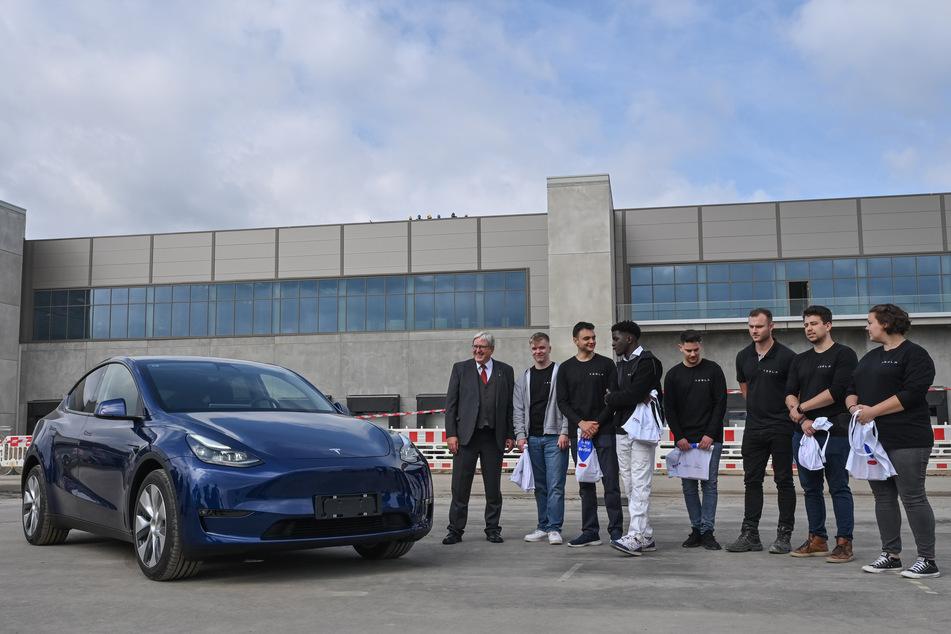 Brandenburgs Wirtschaftsminister Jörg Steinbach (65, SPD, l.) unterstützt nach dem Start der Tesla-Lehre jetzt auch die Förderung einer Batteriefabrik.