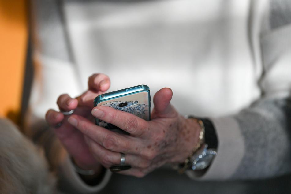 Eine neue Enkeltrick-Masche ist derzeit im Umlauf, vor der die Polizei nun gewarnt hat: Bislang kontaktierten die Täter ihre Opfer per Telefon, nun schicken sie WhatsApp-Nachrichten! (Archivbild)