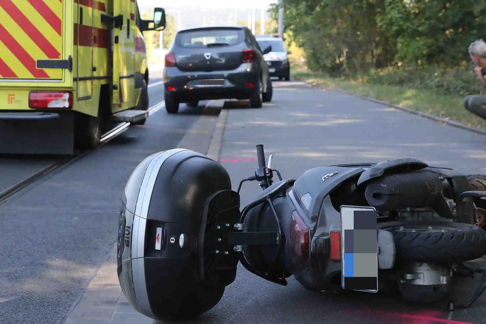 Ein Dacia ist mit einem Motorroller zusammengestoßen.