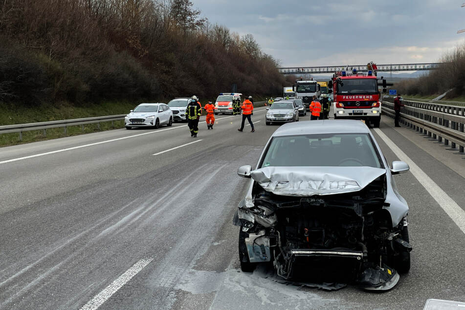 A8 nach schwerem Unfall mit mehreren Verletzten voll gesperrt
