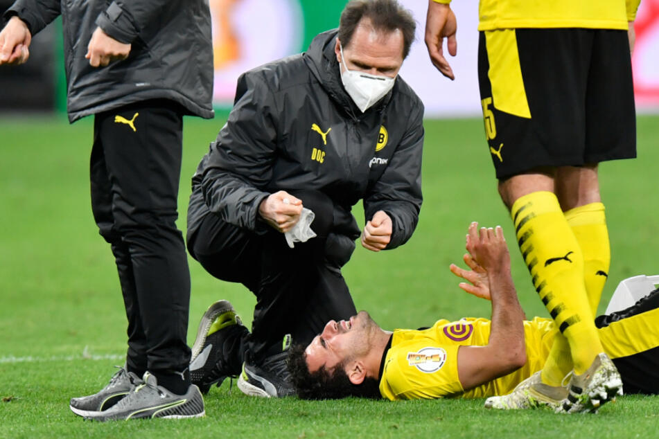Dortmunds Fußball-Profi Mateu Morey (21) verletzte sich gegen Holstein Kiel im DFB-Pokal schwer und musste operiert werden.
