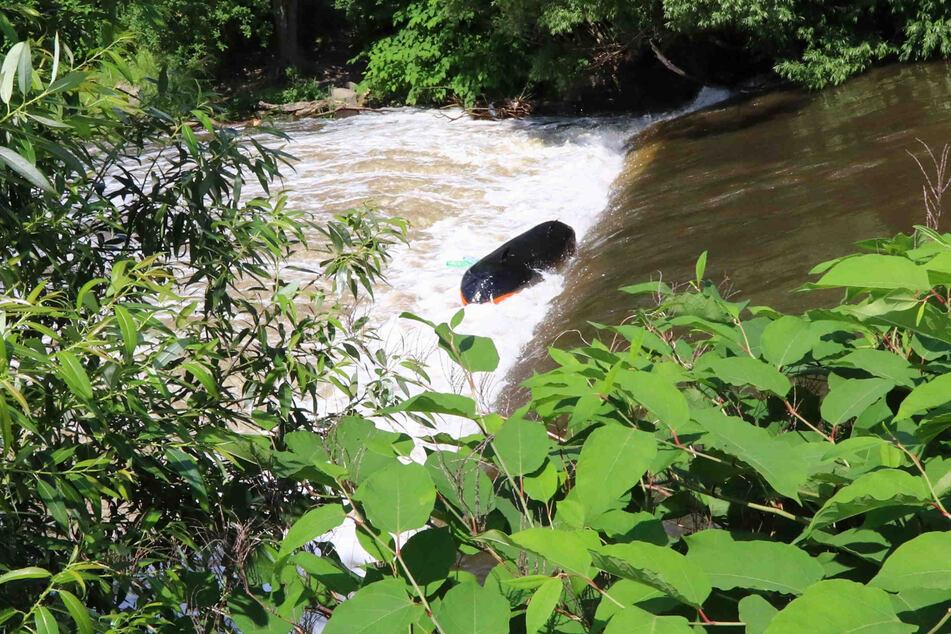 Dieses Schlauchboot kenterte in dem Fluss.