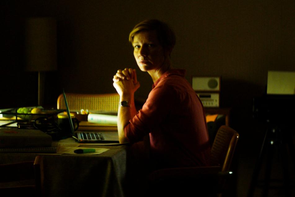 Nora (Sandra Hüller) kümmert sich um ihre drei Kinder, den Haushalt, ihren Job und um Xhafer, ist am Anschlag, wie sie ihm mitteilt.