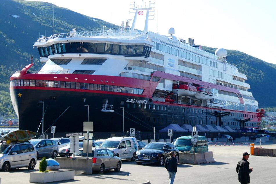 Die MS Roald Amundsen, die die Hurtigruten bereist, kommt mit Corona-Infizierten an.