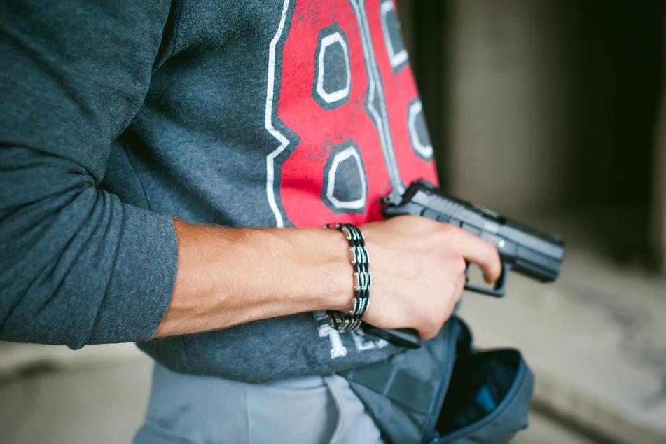 Ein 33-jähriger spazierte in Thalheim mit einer Waffe durch die Hauptstraße (Symbolbild).