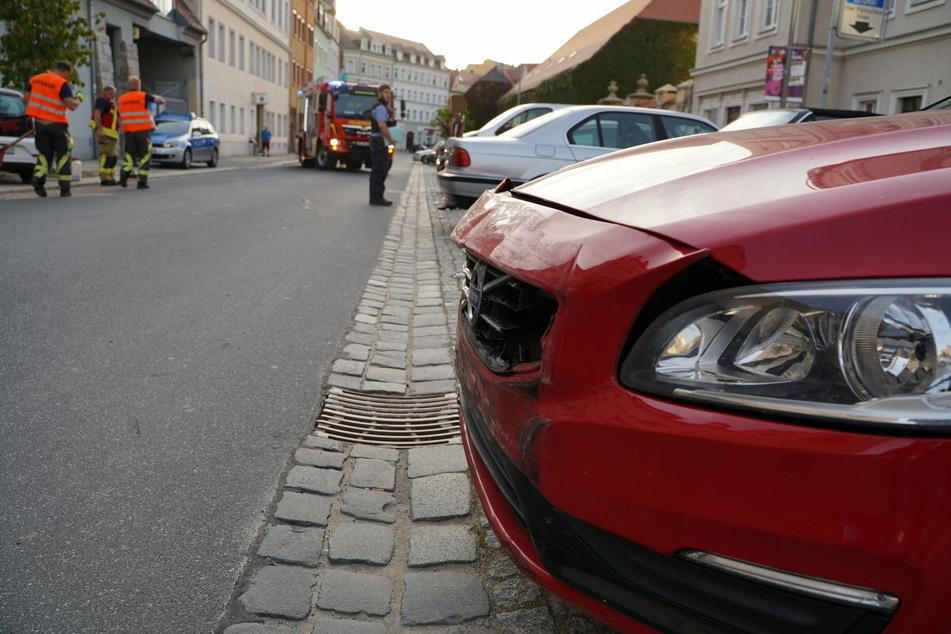 Der Volvo kollidierte mit dem VW und schob ihn gegen eine Hauswand.