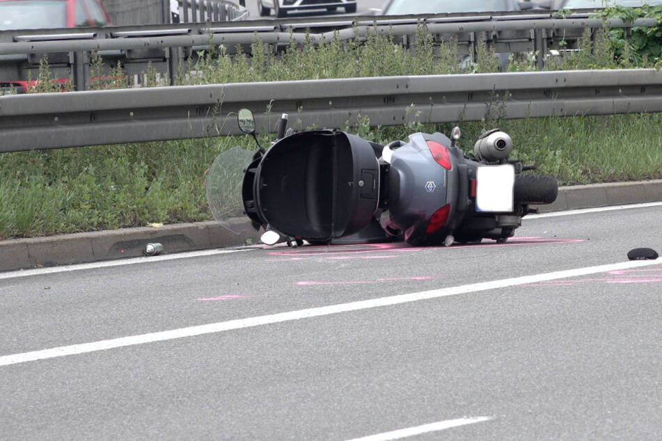 Der Roller liegt umgekippt auf der Straße.