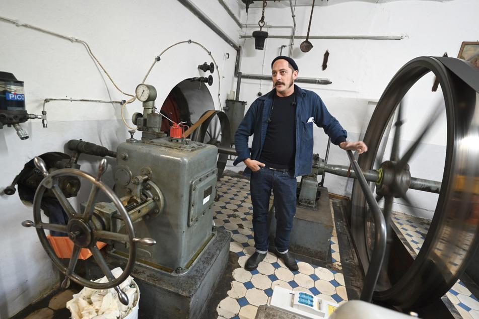 David Kremer, Geschäftsführer von Kremer Pigmente, steht im Turbinenraum der ehemaligen Getreidemühle, die mit Wasserkraft betrieben wird. Mit Mühlsteinen, Öfen und Sieben macht eine alte Getreidemühle die Welt ein bisschen bunter.