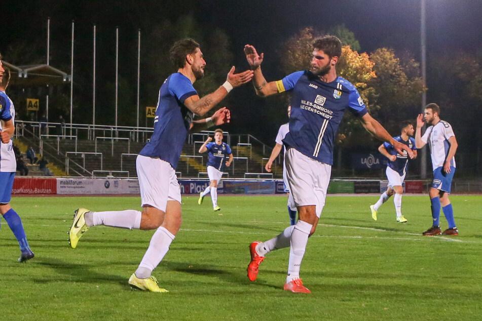 CFC-Torschütze Andis Shala (32, l.) und Kapitän Niklas Hoheneder (34) bejubeln das 1:0.