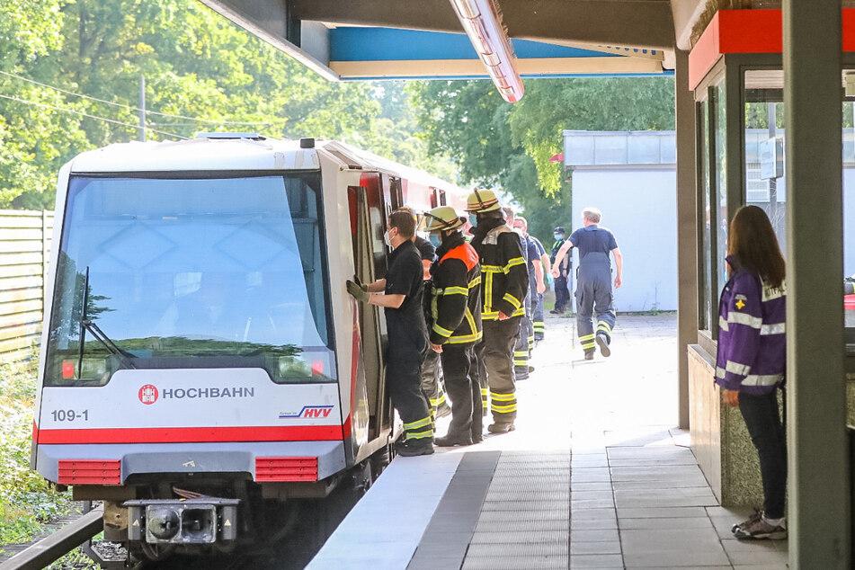 Rettungskräfte schoben die Bahn nach dem Unfall in die Haltestelle, wo sie evakuiert wurde.